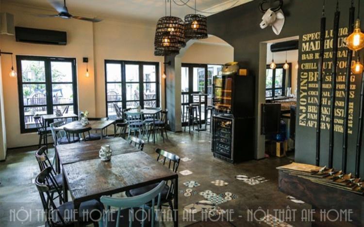 Cửa kính và ánh sáng cho không gian thêm ấm áp. đây là biện pháp thường được sử dụng cho những mẫu thiết kế nhà kết hợp quán cafe để cảm giác không gian rộng rãi, thông thoáng hơn