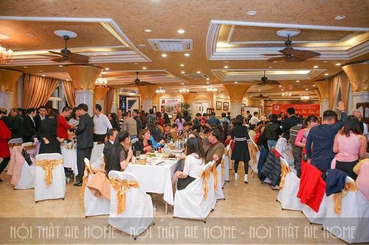Không gian tiệc cưới trong nhà tại nhà hàng Lake View